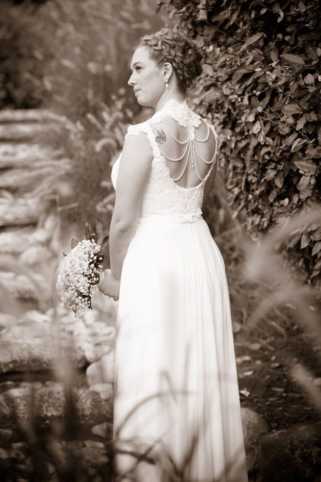 תמונה של נגה עם שמלת הכלה הקסומה של המעצבת רינה בהיר