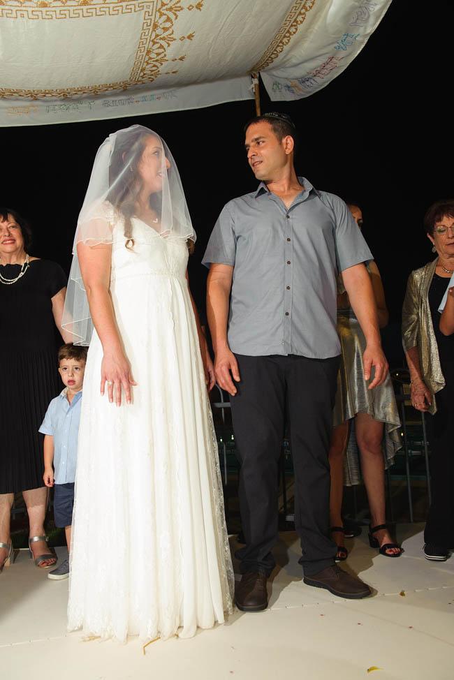 סיפור החתונה של ליטל ואלעד זבולוני, תמונה מהחופה, רגע לפני שבירת הכוס