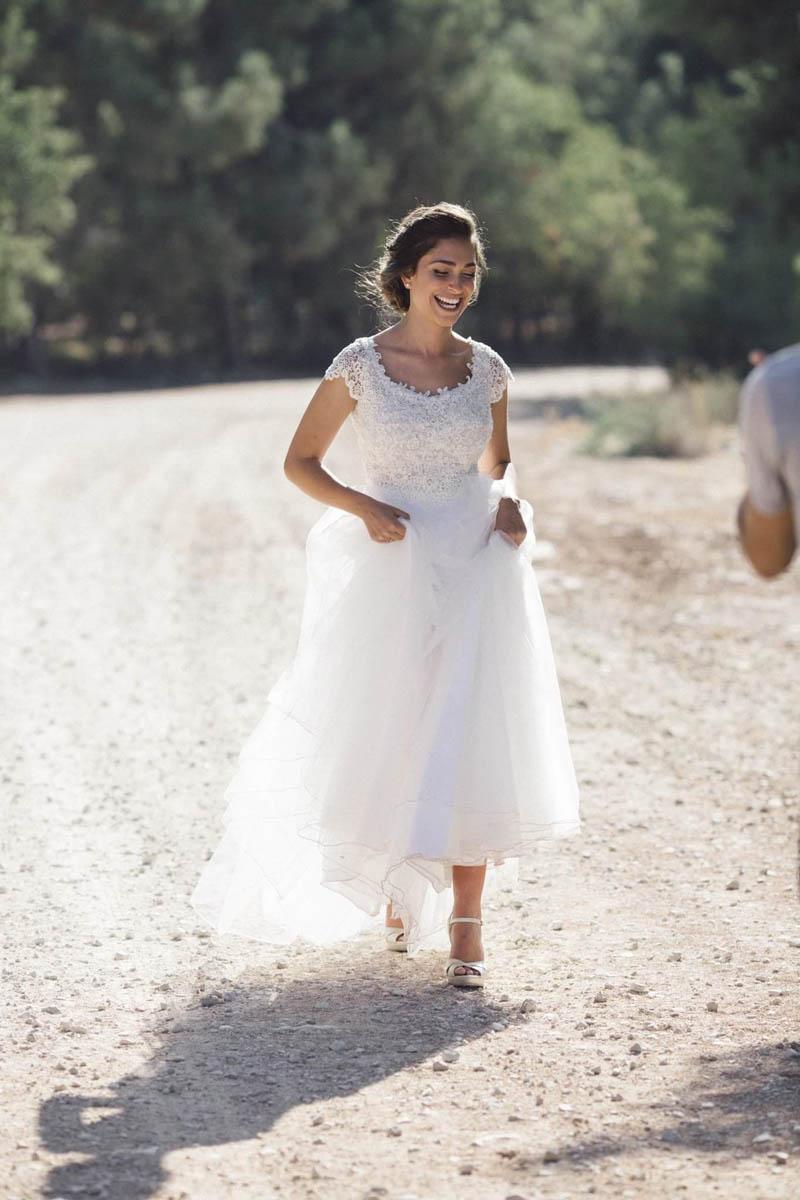 תמונה עטרת בשמלת הכלה ביום בצילומים